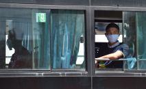 Бишкек шаарында медициналык бет капчан жигит автобуста бара жатат. Архив