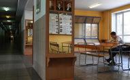 Студент в пустом коридоре вуза. Архивное фото