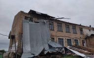 Разрушенная крыша школы из-за сильного ветра в селе Кун-Туу Чуйской области