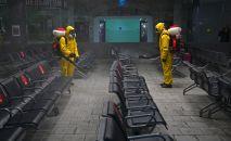 Сотрудники МЧС РФ проводят дезинфекционную обработку Казанского вокзала в рамках мер по борьбе с распространением коронавирусной инфекции.