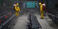 Сотрудники МЧС РФ проводят дезинфекционную обработку Казанского вокзала. Архивное фото