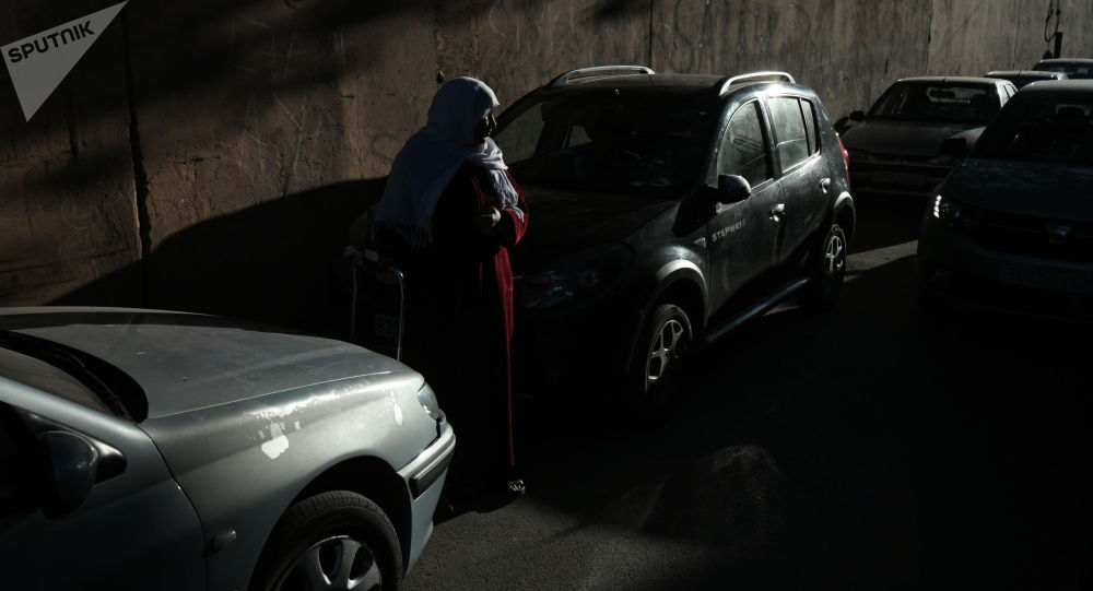 Женщина на одной из улиц у авто. Архивное фото