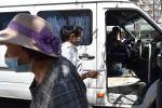 Женщины в медицинских масках садятся в маршрутку. Архивное фото
