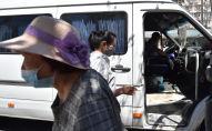 Женщины в медицинских масках садятся в маршрутку в Бишкеке. Архивное фото
