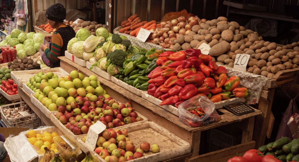 Продажа овощей и фруктов. Архивное фото