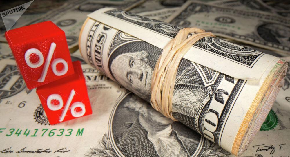 Долларовые банкноты и напечатанный 3D символы процента. Архивное фото