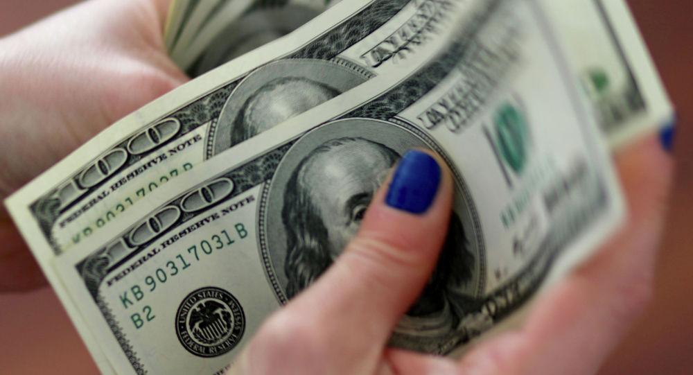 АКШ долларларын санап жаткан аял. Архив