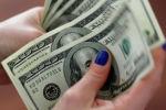 Женщина считает доллары США. Архивное фото