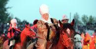 Кыргыздын улуттук кийимин кийген байбиче. Архивдик сүрөт