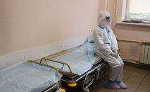 Медицинский работник в палате больницы. Архивное фото