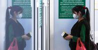 Девушка проходит в зону таможенного контроля в международном терминале аэропорта Толмачево в Новосибирске. Планируется, что 23 мая рейсом Uzbekistan Airways из Новосибирска в Ташкент будет вывезено 270 человек (в том числе 6 детей).
