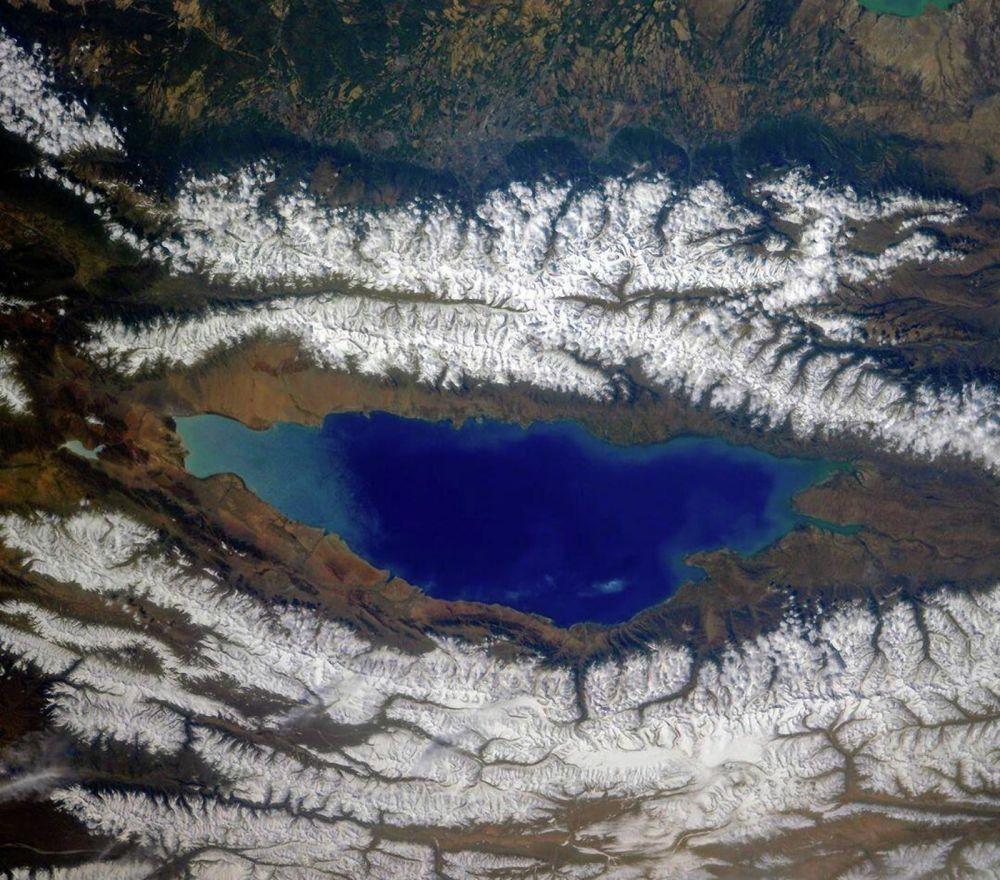 Озеро Иссык-Куль и окружающие его хребты Северного Тянь-Шаня