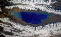 Вид озера Иссык-Куль из космоса. Архивное фото