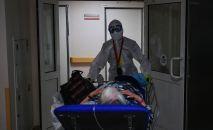 Медицинский работник транспортирует пациента. Архивное фото