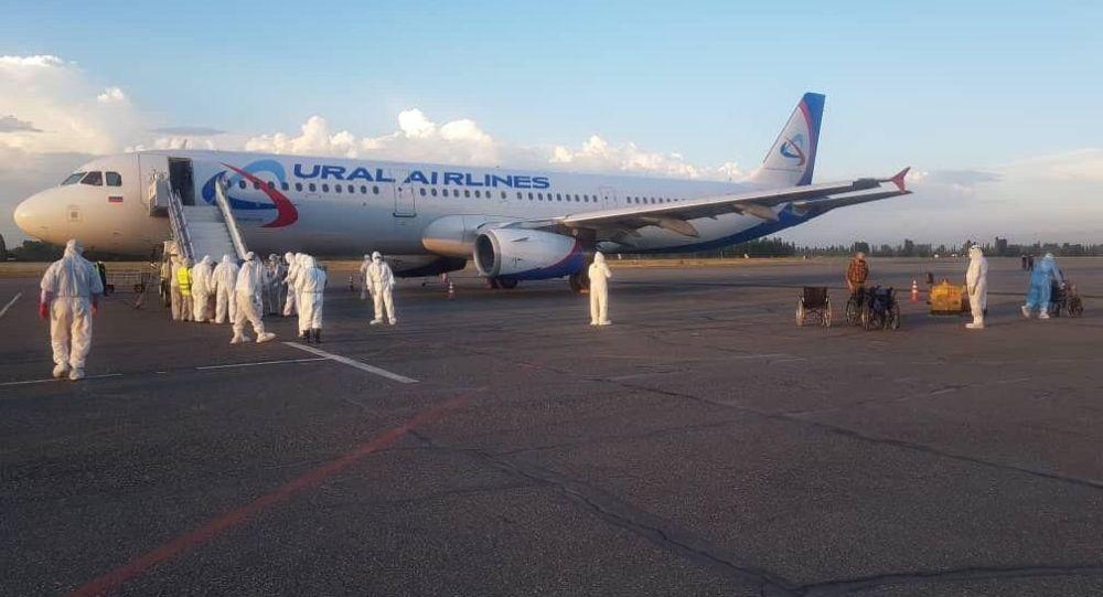 В Международном аэропорту Ош встретили чартерный рейс авиакомпании «Уральские авиалинии» по маршруту Екатеринбург – Ош, на котором вернулись 233 граждан КР. 30 мая  2020 года
