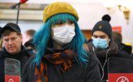 Пассажиры в медицинских масках на одной из станций Московского метрополитена. Архивное фото