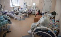 Медицинские работники в палате с пациентами