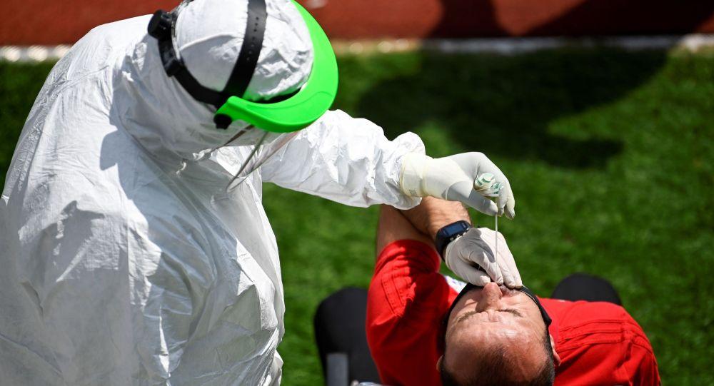 Коронавируска тест жасап жаткан медицина кызматкери