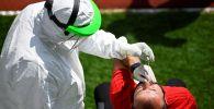 Медицинский работник проводит тестирование на COVID-19
