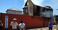 В Сети появились кадры тушения пожара, произошедшего в доме в жилом масссиве Алтын-Ордо. Работа пожарных продолжается.
