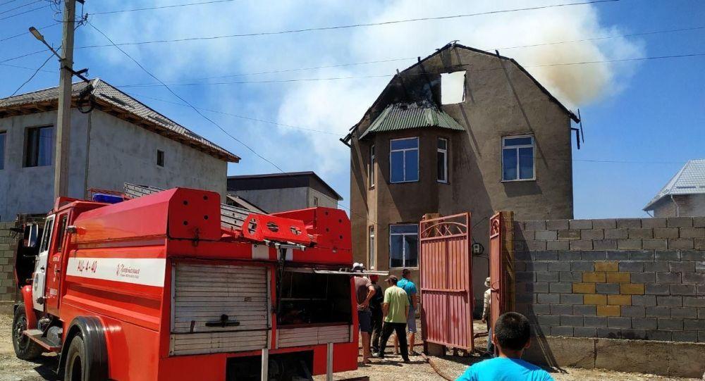 На месте пожара в жилом доме в жилом массиве Алтын-Ордо