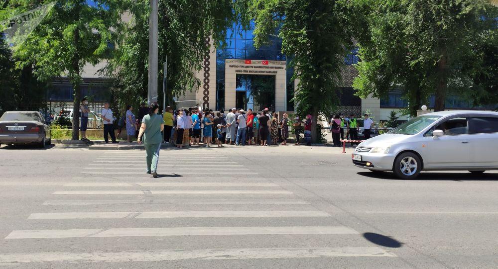 Митинг возле Кыргызско-турецкой больницы в Бишкеке, против лечения пациентов с COVID-19