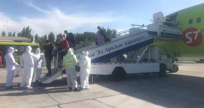 В Бишкек из Новосибирска прилетел чартерный рейс со 177 кыргызстанцами на борту