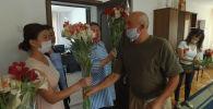 Бишкекский предприниматель систематически одаривает медиков цветами. В благодарность он получает искренние улыбки.
