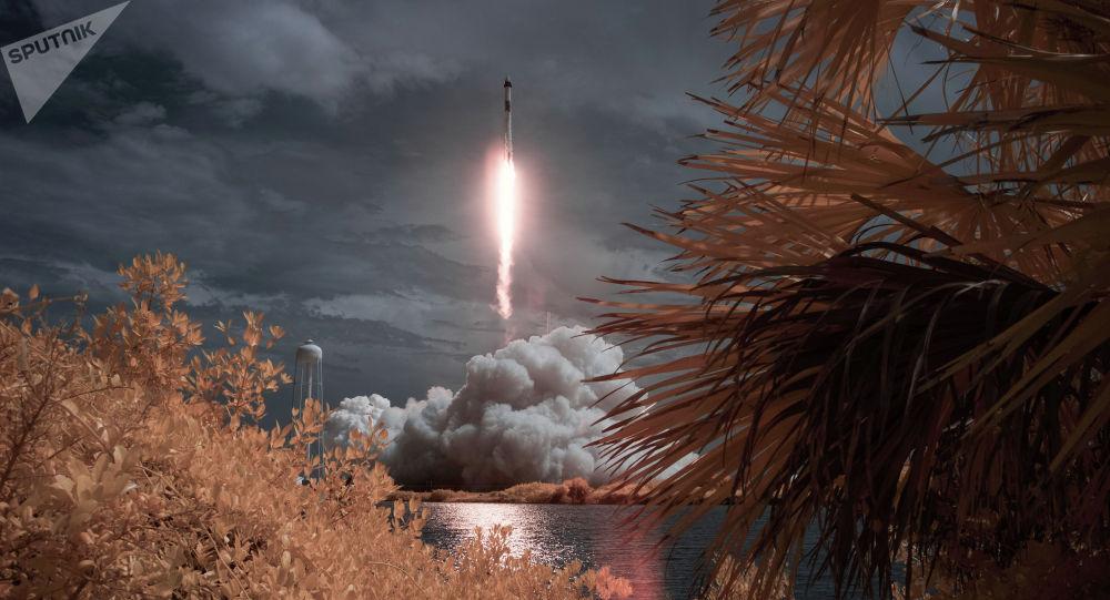 Первый пилотируемый запуск корабля Crew Dragon, созданного компанией SpaceX Илона Маска.