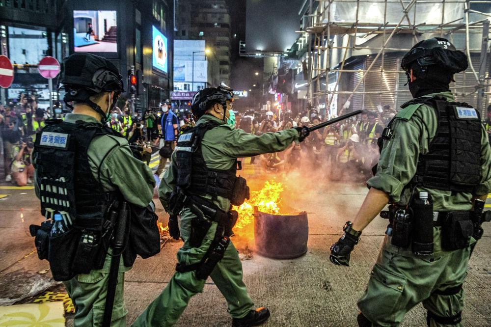 Полиция разгоняет протестующих в Гонконге. 27 мая 2020 года