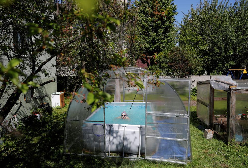 Пловчиха Елизавета Беляева проводит тренировки в бассейне у своего дома в Калининграде