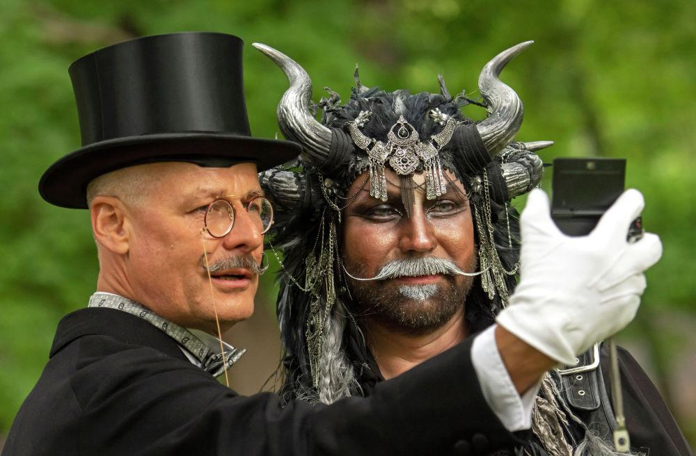В Лейпциге состоялся Викторианский пикник вместо отмененного из-за пандемии коронавируса фестиваля готической культуры