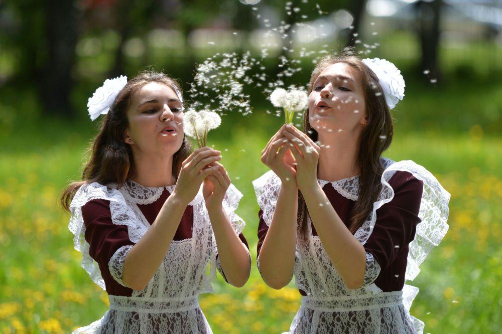 Выпускницы в день последнего звонка около сельской школы села Миасское Челябинской области. Россия