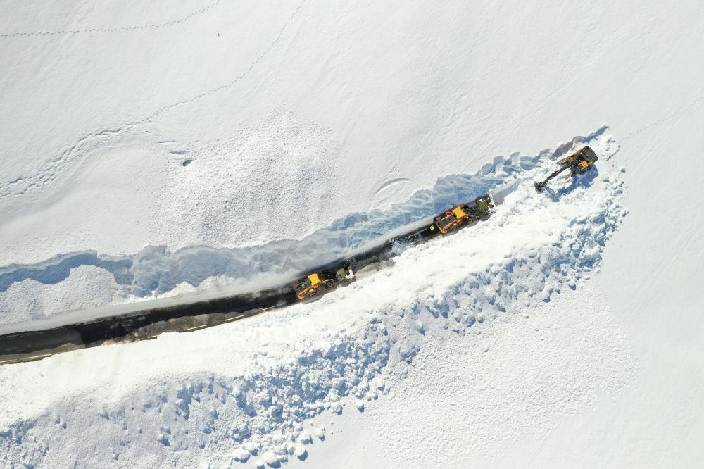 Расчистка снега на горном перевале между Сетесдалем и Сирдалом в Норвегии.