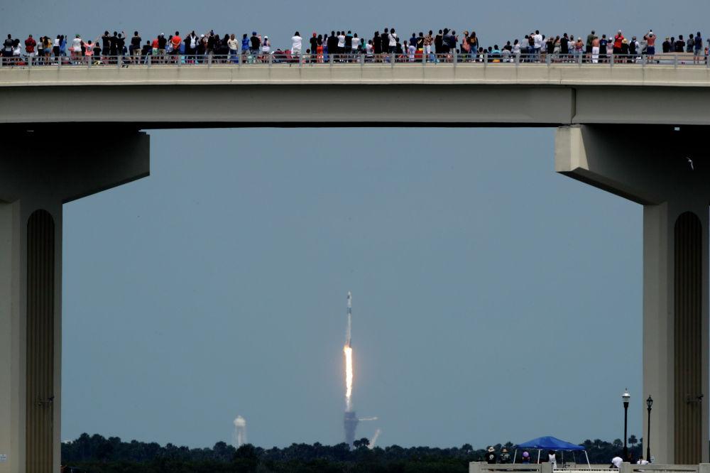 Новый американский пилотируемый космический корабль Crew Dragon компании SpaceX с двумя астронавтами на борту успешно стартовал на орбиту в рамках испытательного полета