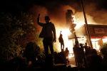 Протестующие у горящего ресторан в Миннеаполисе после убийства афроамериканца Джорджа Флойда полицейскими. Архивное фото