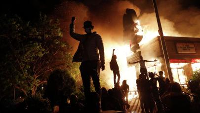 Миннеаполистеги өрттөнгөн ресторанда демонстранттар. Архив
