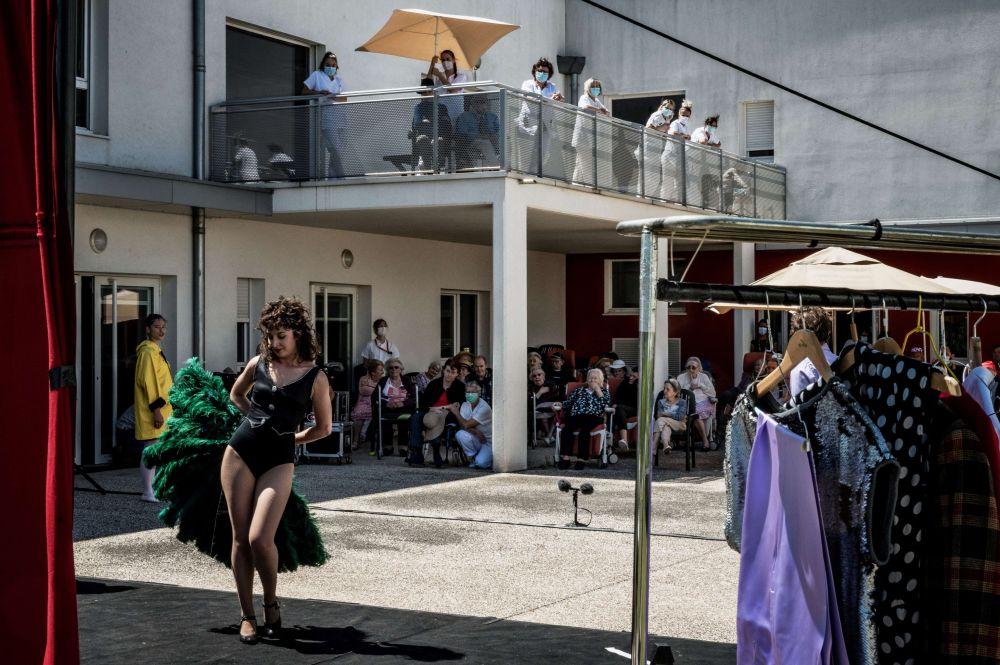 Актеры театральной труппы L'Espace des Arts выступают для жителей дома престарелых во французском городе Шалон-сюр-Сон.