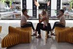 Девушки в лицевых масках разговаривают в торговом центре в Бишкеке. Архивное фото