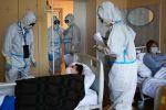Медицинские работники и пациенты в госпитале для зараженных коронавирусной инфекцией COVID-19 в Твери, созданном на базе Государственного бюджетного учреждения здравоохранения Тверской области Областной клинический лечебно-реабилитационный центр (ГБУЗ ОКЛРЦ).