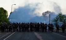Миннеаполистеги протест акциясынын учурунда полиция кызматкерлери.