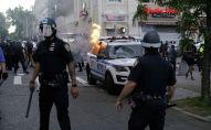Сотрудники полиции Нью-Йорка у горящей машины, во время массовых беспорядков из-за смерти афроамериканца Джорджа Флойда. 30 мая 2020 года
