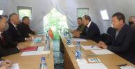 Биринчи вице-премьер Кубатбек Боронов Өзбекстандын премьер-министри Абдулла Арипов менен жолугушуу учрунда