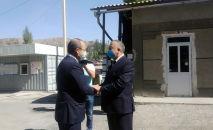 Первый вице-премьер-министр Кыргызстана Кубатбек Боронов встретился с премьер-министром Узбекистана Абдуллой Ариповым на пропускном пункте Чечме-Автодорожный в Баткенской области