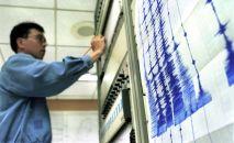 Сейсмолог во время работы. Архивное фото