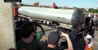 Водитель грузовика въехал в толпу протестующих на мосту в городе Миннеаполисе — очаге народных волнений.