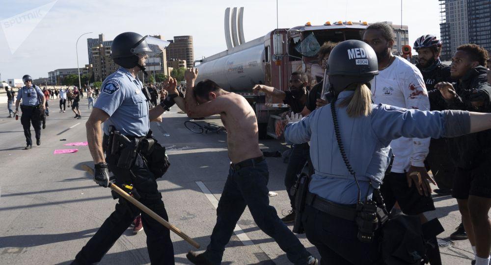 Сотрудники полиции осуществляют задержания во время протестов в Миннеаполисе. Архивное фото