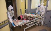 Медицинские работники в палате с коронавирусными больными. Архивное фото