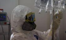 Медицинский работник в госпитале для зараженных коронавирусной инфекцией. Архивное фото