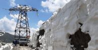 Сотрудники НЭСК во время ремонта высоковольтных линий электропередач на перевале Сары-Кыр